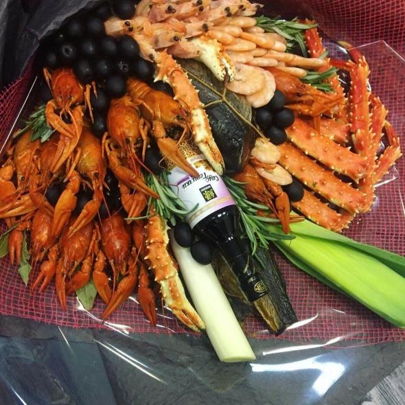 Букет из 0,5кг раков, креветок, клешни краба и копчёной рыбы