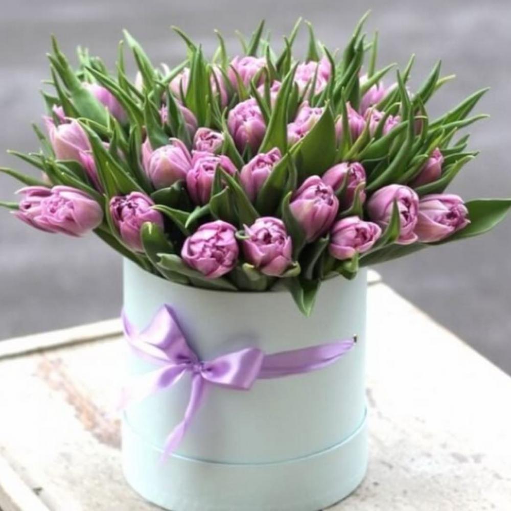 Букет из 51 сиреневого тюльпана в шляпной коробке