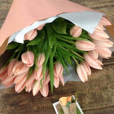 Букет из 51 персикового тюльпана