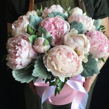 Букет из 11 розовых пионов с зеленью в шляпной коробке