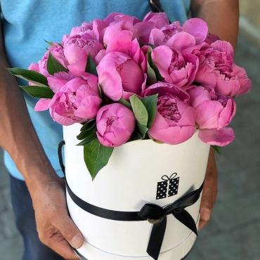 Букет из 25 розовых пионов в шляпной коробке