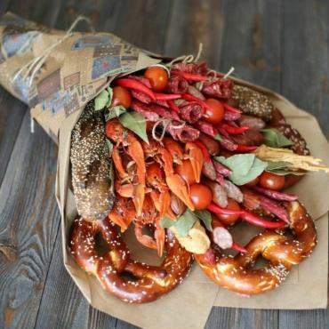 Букет из 0,5кг раков с колбасой, помидорами черри, зеленью,хлебом.