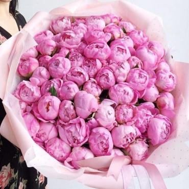 Букет из 59 розовых пионов